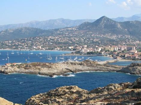 Město L'lle-Rousse na severu Korsiky